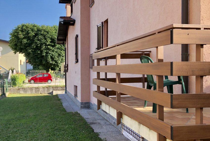 villa singola Lurago d'Erba facciata laterale con giardino