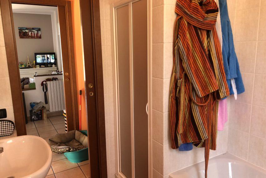 bagno con doccia e vasca attico nibionno
