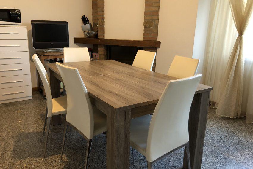 tavolo da pranzo e camino in cucina abitabile villa schiera Palazzago