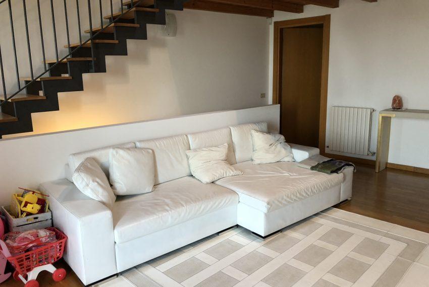 soggiorno ampio e luminoso con comoda zona divani villetta a schiera Palazzago
