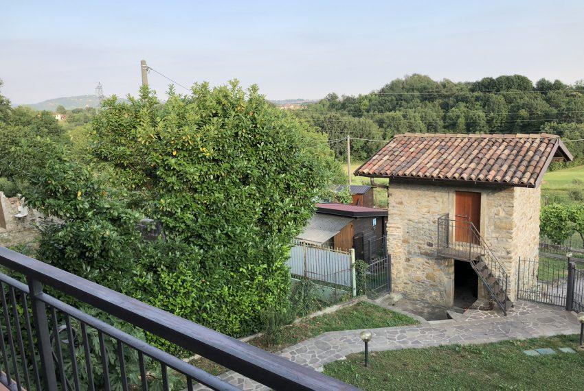 terrazzo con vista sul giardino privato e sul verde circostante villa schiera Palazzago