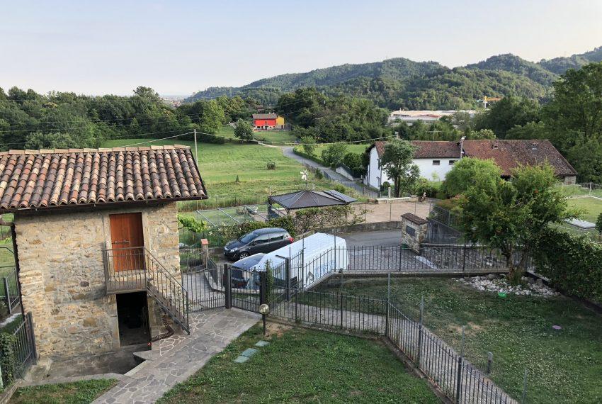 giardino privato con torretta in pietra per ricovero attrezzi villa schiera Palazzago