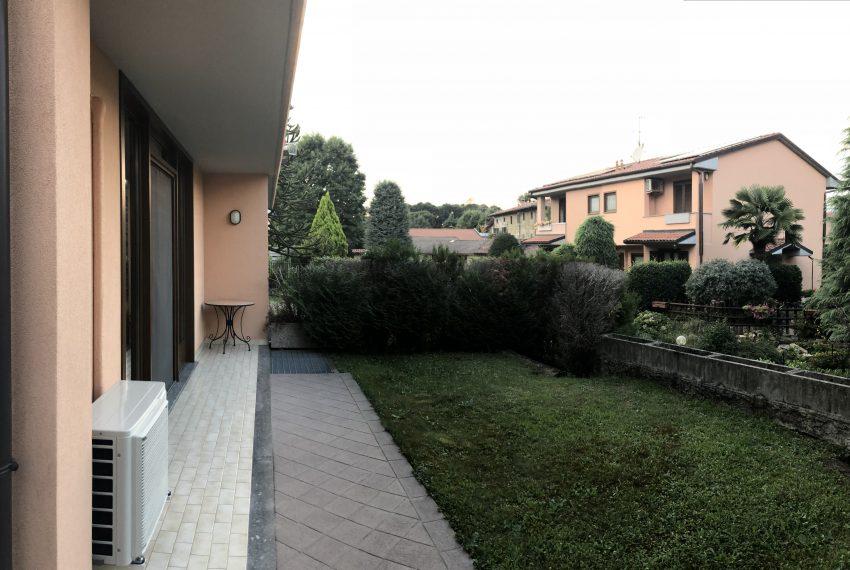 villa bifamiliare barzago vista giardino anteriore