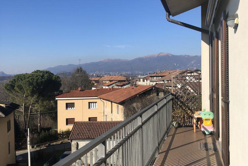 Trilocale Nibionno balcone con vista
