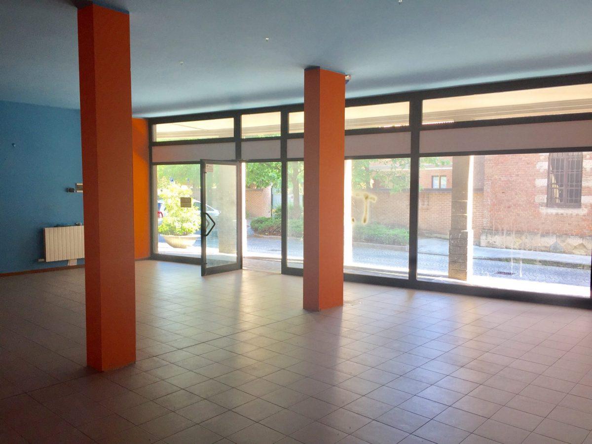 tre ampie vetrine Negozio in vendita in centro Agrate Brianza