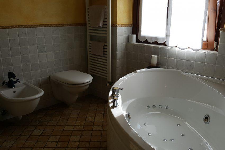 appartamento quadrilocale mariano comense bagno mansarda con vasca idromassaggio