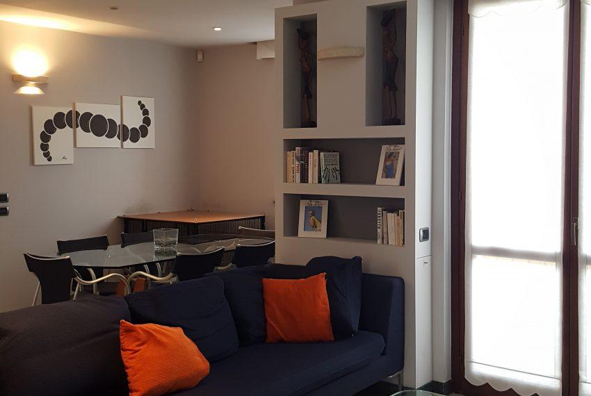 appartamento attico a mariano comense soggiorno con pareti attrezzate