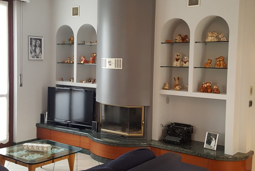 appartamento attico a mariano comense soggiorno doppio con camino