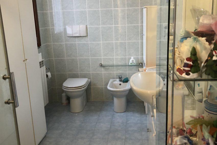bagno finestrato con doccia piano primo villa pontida