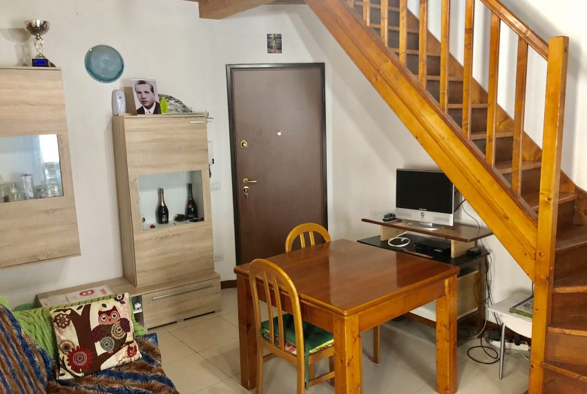 appartamento trilocale a santa maria hoè ingresso nel soggiorno
