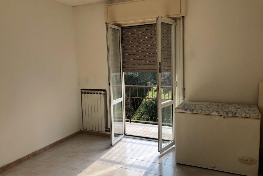 camera da letto con balcone appartamento a Olginate
