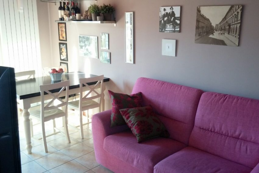 bilocale palazzago mansardato zona pranzo relax divano