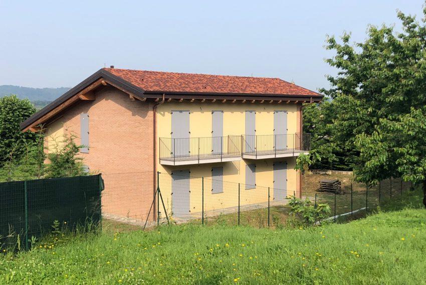 facciata sul retro con balcone villa bifamiliare Calco