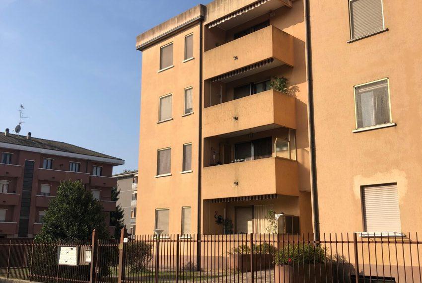 appartamento trilocale in cornate d'adda ingresso palazzina