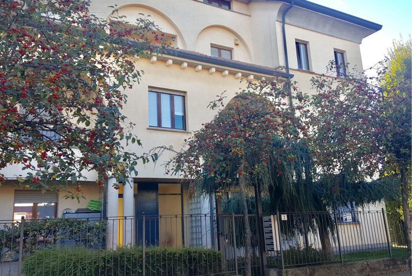 appartamento attico quadrilocale mariano comense ingresso palazzina