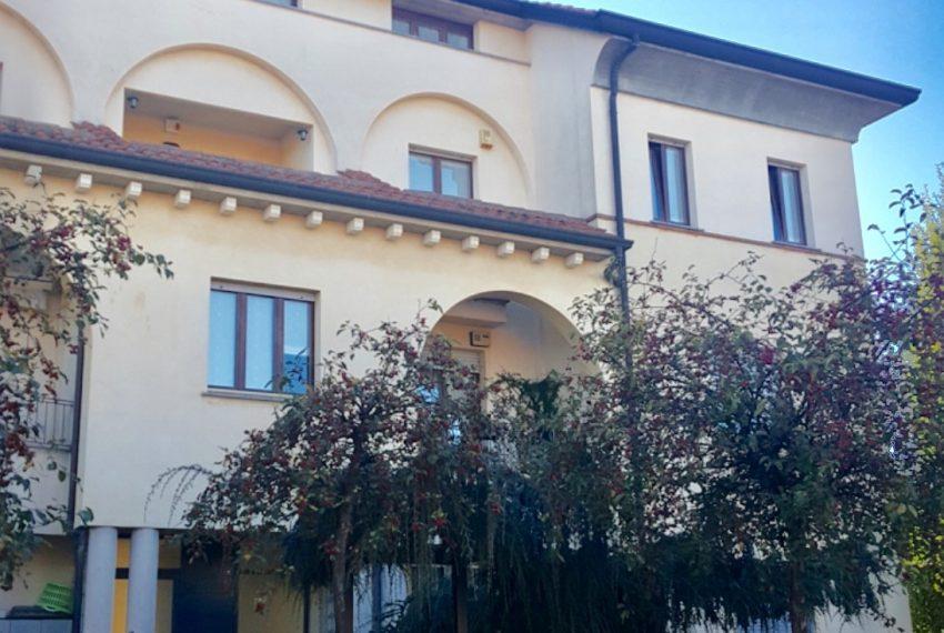 appartamento attico quadrilocale mariano comense vista palazzina