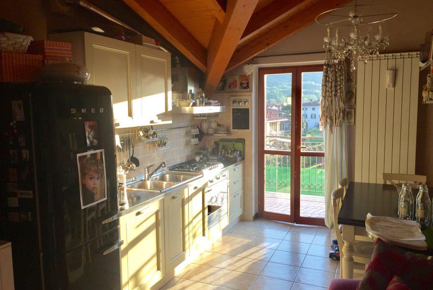 bilocale a palazzago cucina con porta finestra sul terrazzo