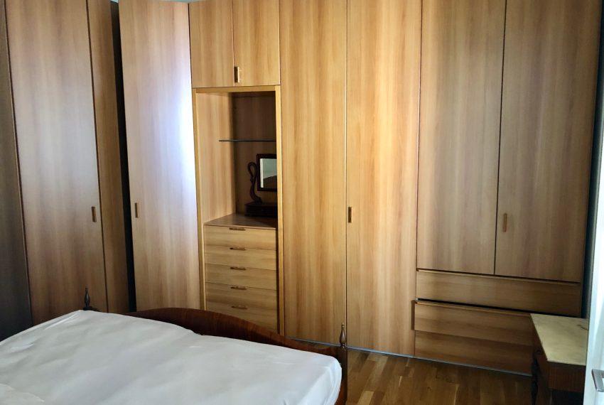 camera da letto con generosa armadiatura
