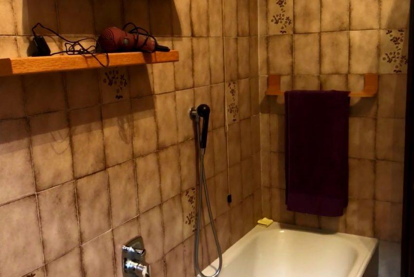 Castello Brianza quadrilocale bagno finestrato con doccia e vasca