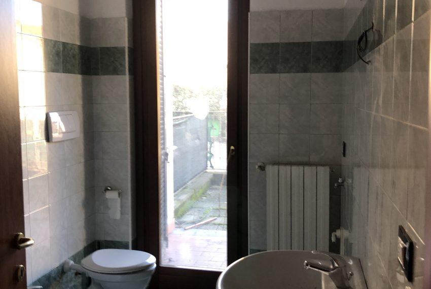 bilocale con piccolo giardino Calco bagno con doccia