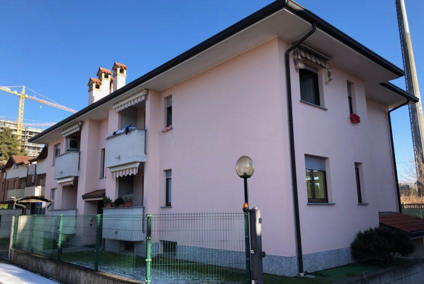 Trilocale in vendita a Carugo vista palazzina