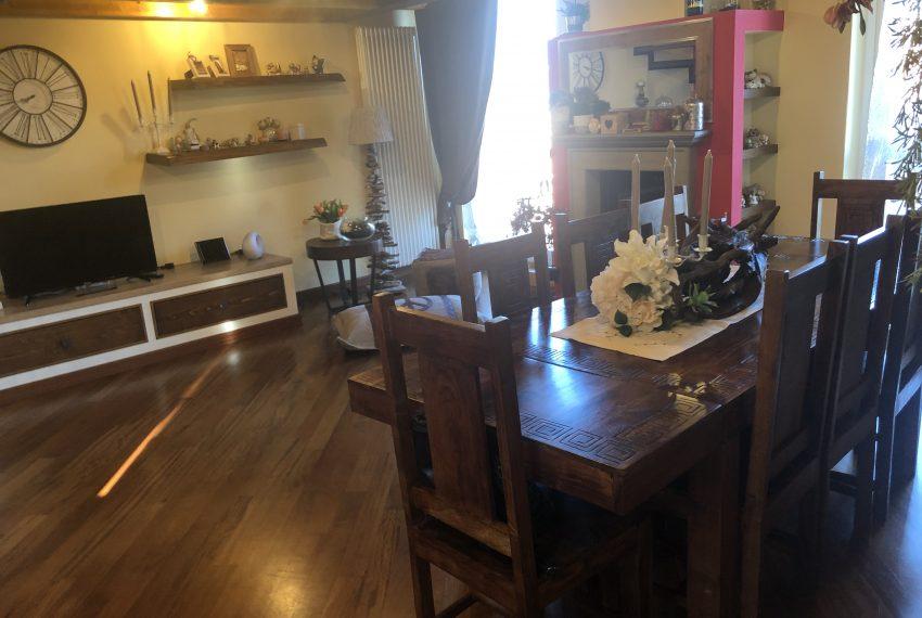 porzione di casale in airuno ampio soggiorno con zona pranzo