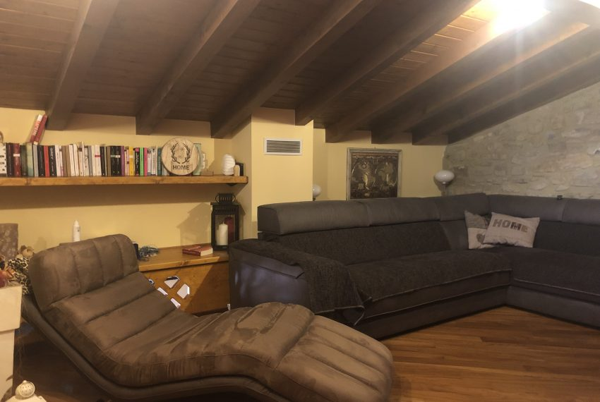 porzione casale airuno soppalco con area relax divani