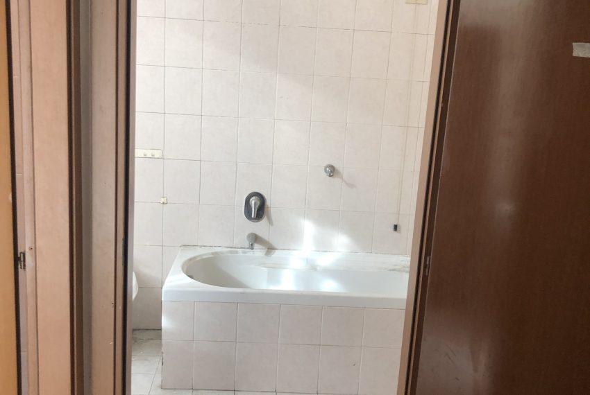 bilocale Ronco Briantino ampio bagno finestrato con vasca