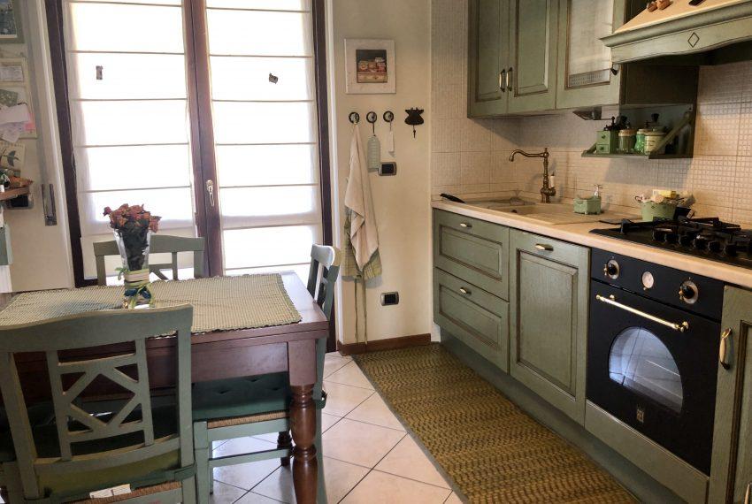 trilocale carugo cucina abitabile