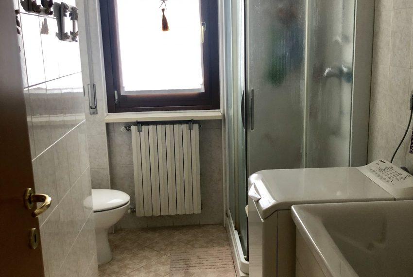 trilocale carugo bagno di servizio lavanderia