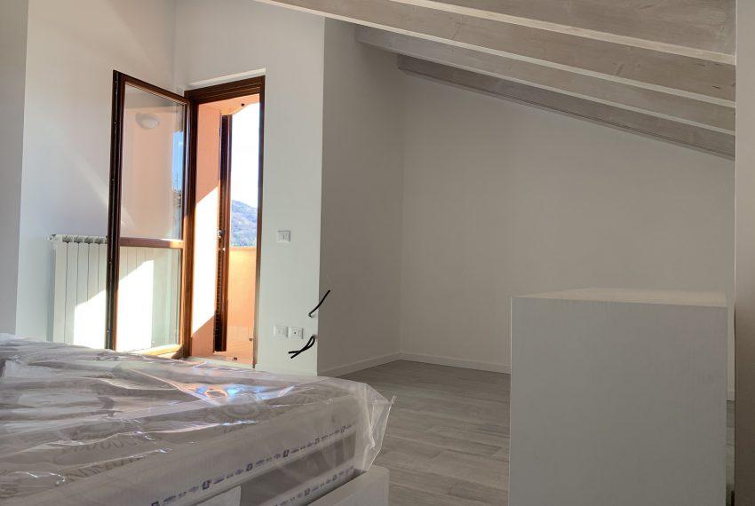 parete attrezzabile per creazione cabina armadio nella camera matrimoniale