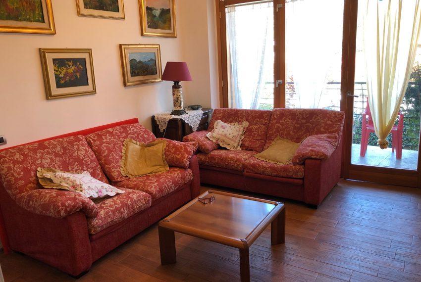 trilocale Carnate soggiorno area divani