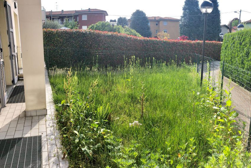giardino servito da piccolo portico