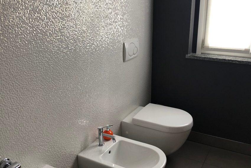 bagno finestrato con sanitari sospesi