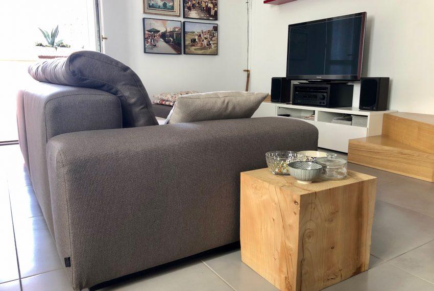dettaglio area relax con parete tv