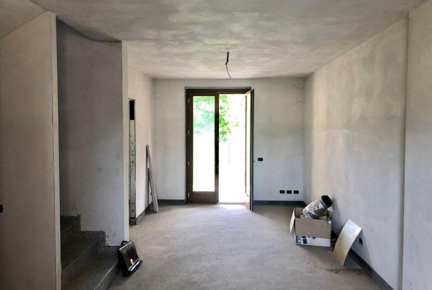 ampio soggiorno servito anche da portico giardino sul retro