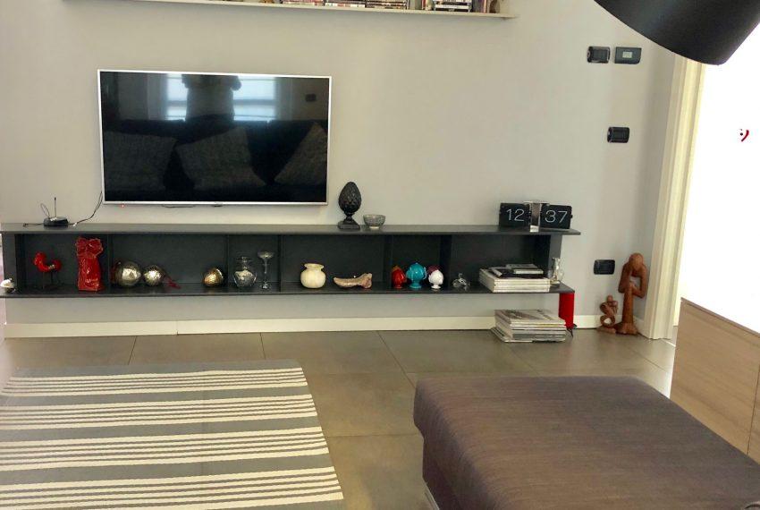 ampia parete tv attrezzata