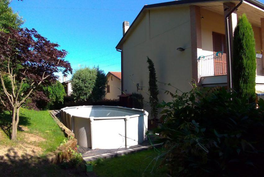 giardino con piscina fuori terra