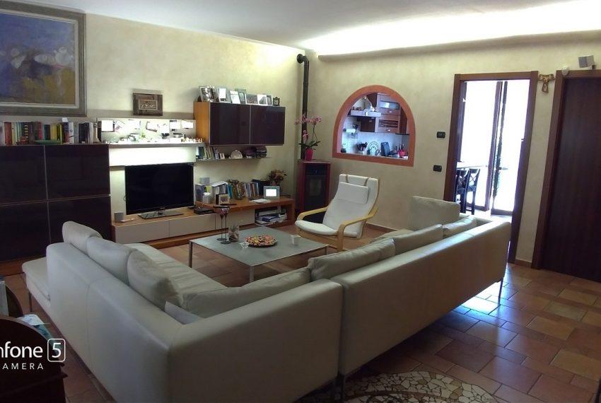 soggiorno e accesso alla cucina abitabile