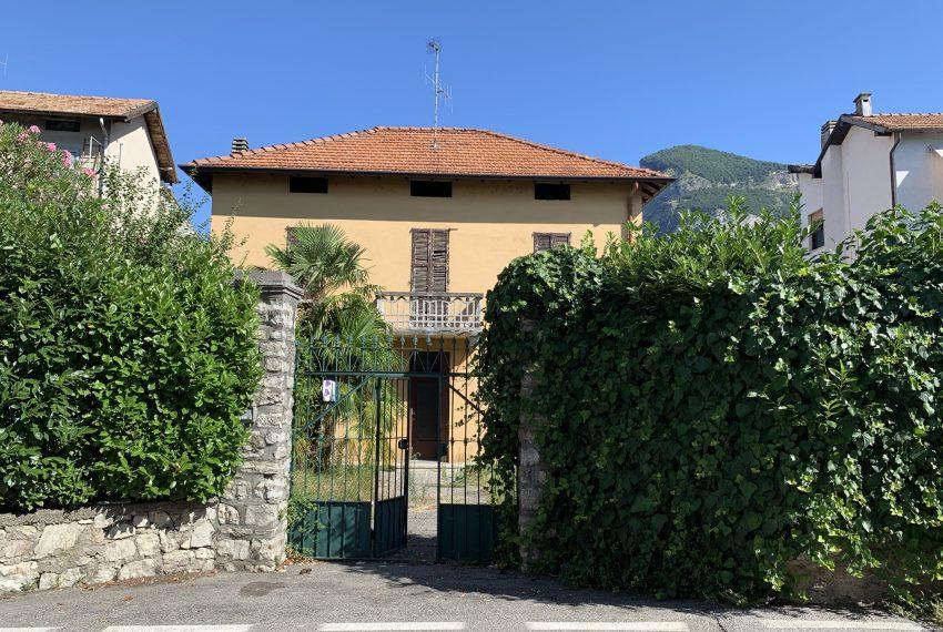 vista della villa dalla strada