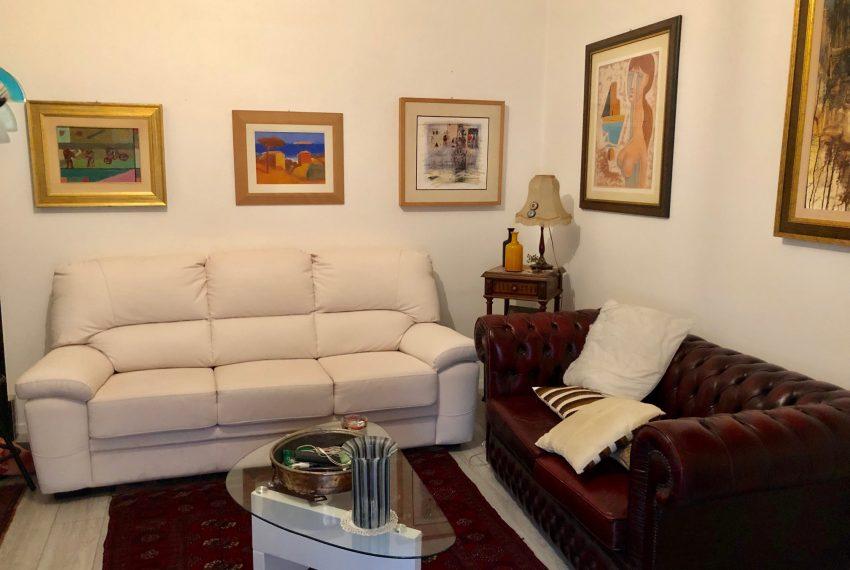 soggiorno con ampia area divani