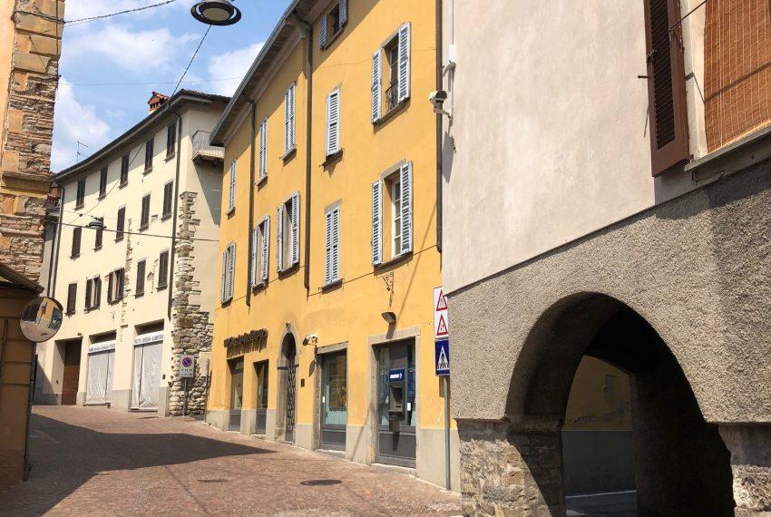 facciata sulla via principale del paese