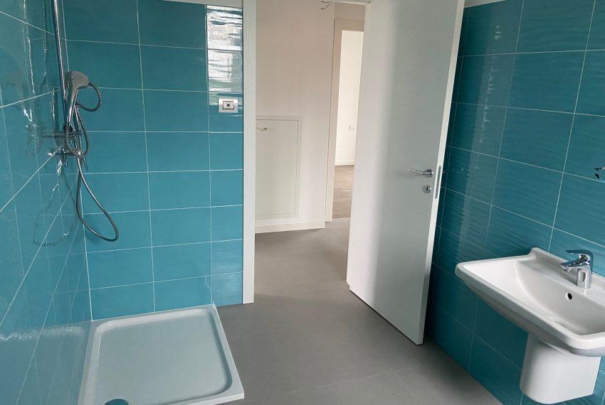 bagno finestrato con doccia e sanitari sospesi