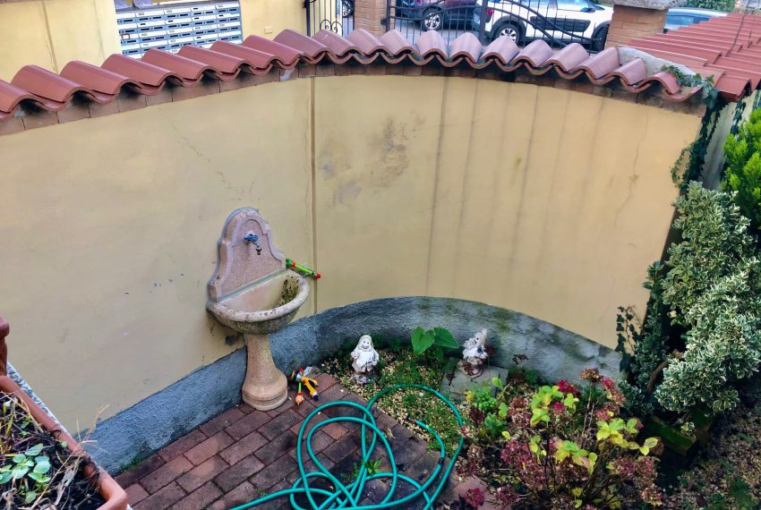 dettaglio giardino angolo con fontana