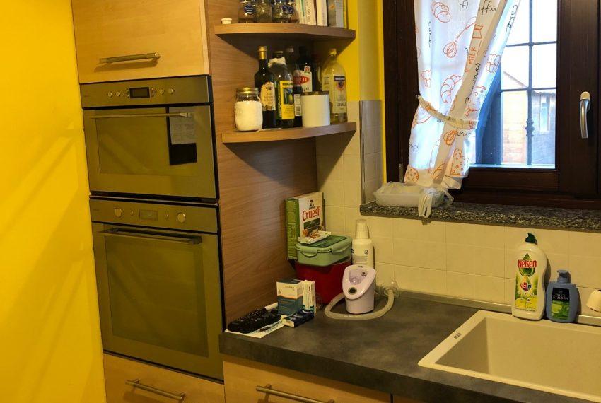 cucina abitabile con doppia parete attrezzata