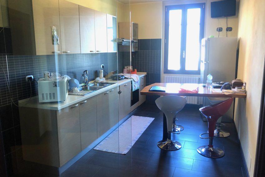 cucina abitabile con parete divisoria in vetro