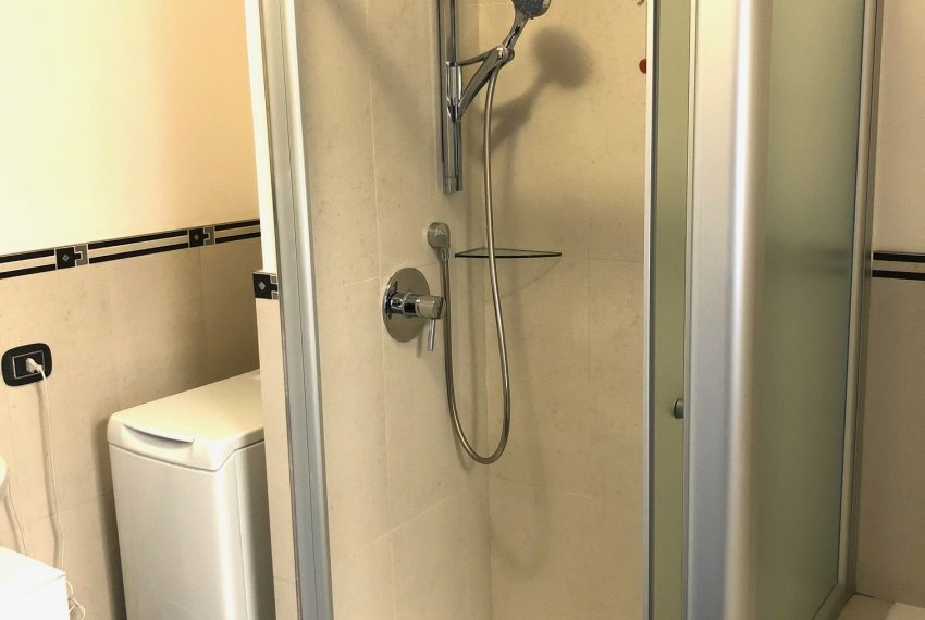 bagno con box doccia e vasca