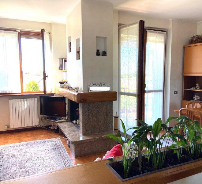 ampio soggiorno doppio con zona pranzo separata