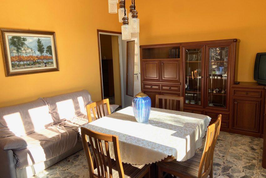 ampio soggiorno con sala da pranzo