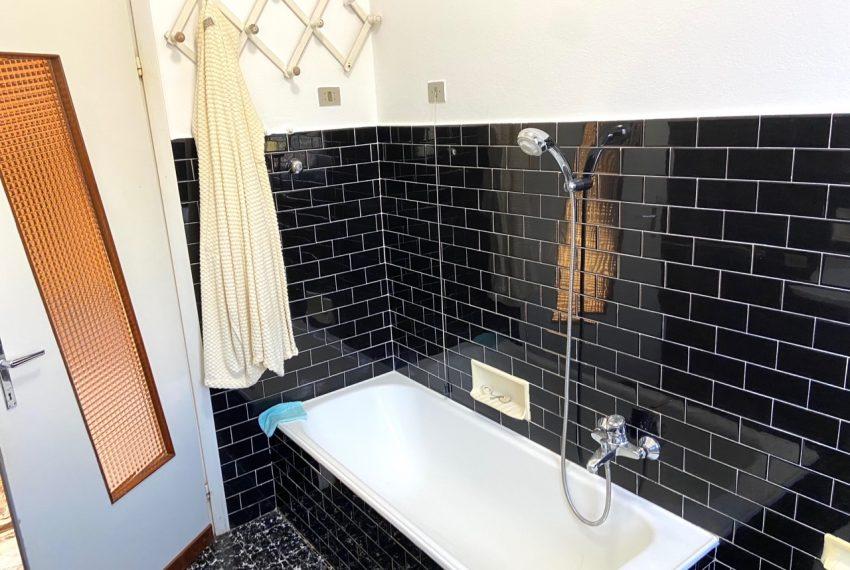 spazioso bagno con vasca